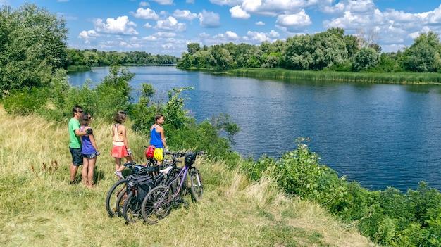 Família em bicicletas, andar de bicicleta ao ar livre, pais ativos e filhos em bicicletas