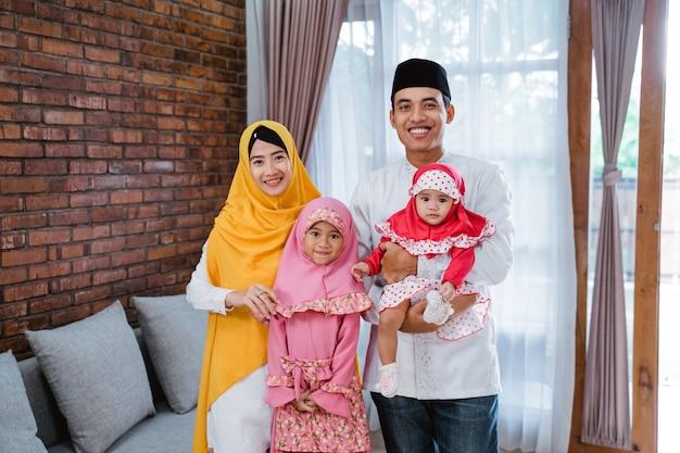 Família em casa comemorando eid mubarak