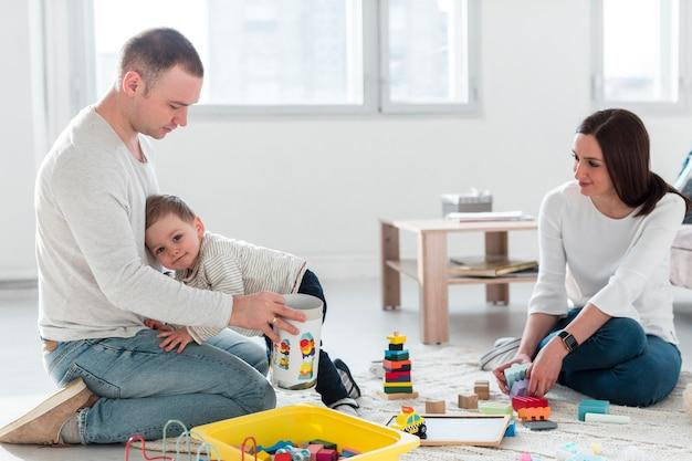 Família em casa jogando juntos
