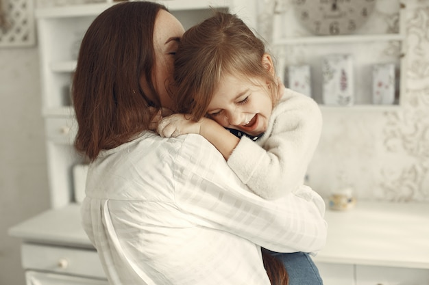 Família em casa. mãe com filha em uma sala.