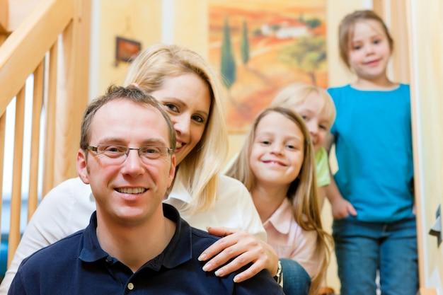 Família em casa na escada