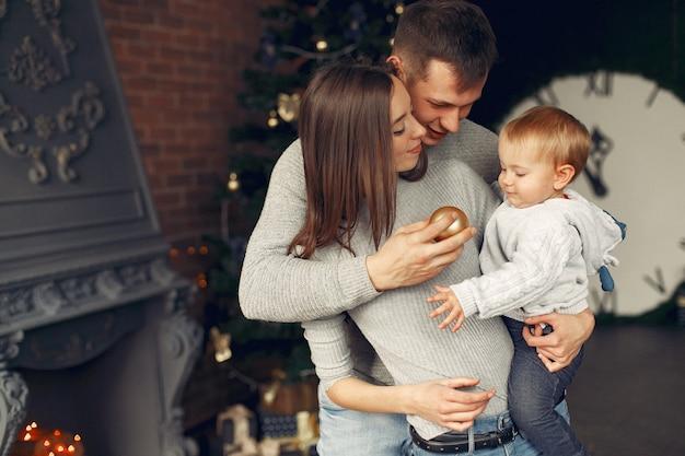 Família em casa perto da árvore de natal
