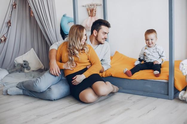 Família em casa sentada no chão
