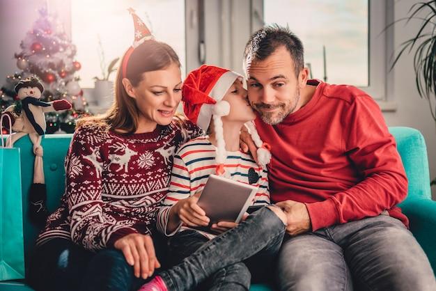 Família em casa usando tablet