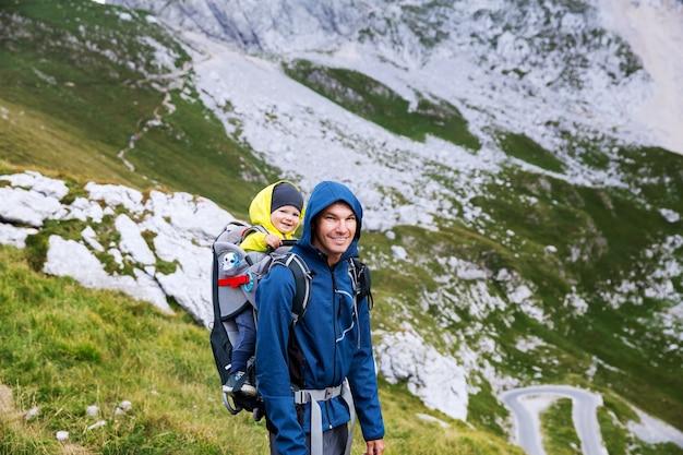 Família em dia de caminhada nas montanhas parque nacional dos alpes julianos mangart, eslovênia, europa