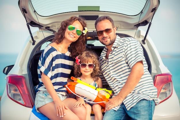 Família em férias férias de verão e conceito de viagem de carro