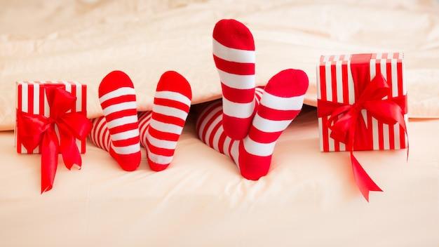 Família em meias de natal deitada na cama