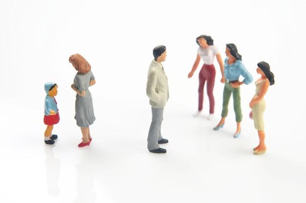 Família em miniatura nos relacionamentos em um fundo branco.