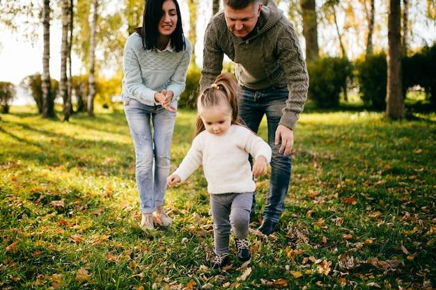 Família em natureza verde juntos