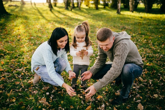 Família em natureza verde juntos Foto gratuita