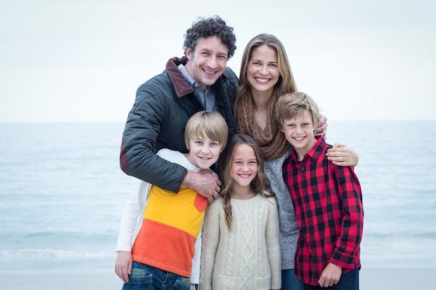 Família em pé na beira-mar