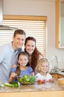Família em pé na cozinha