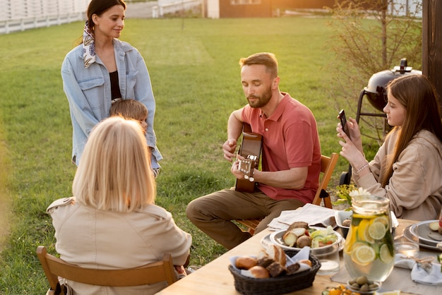 Família em plano médio ouvindo música