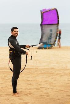 Família em roupa de mergulho com pranchas de surf