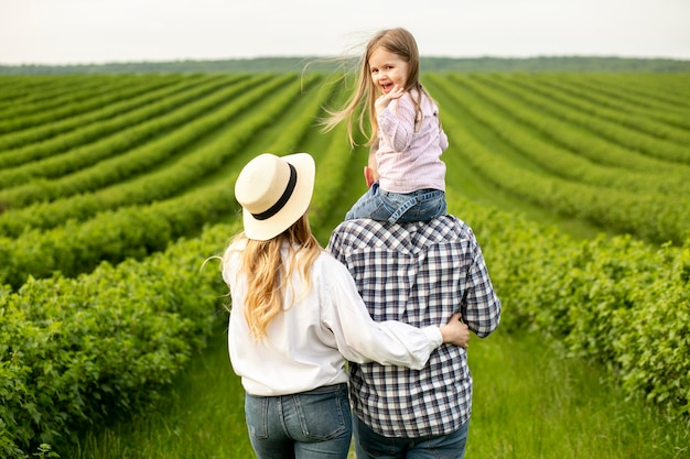 Família em terras agrícolas