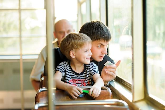 Família em transporte público