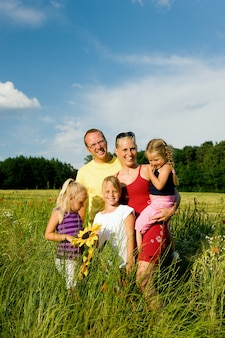 Família em um campo de grama