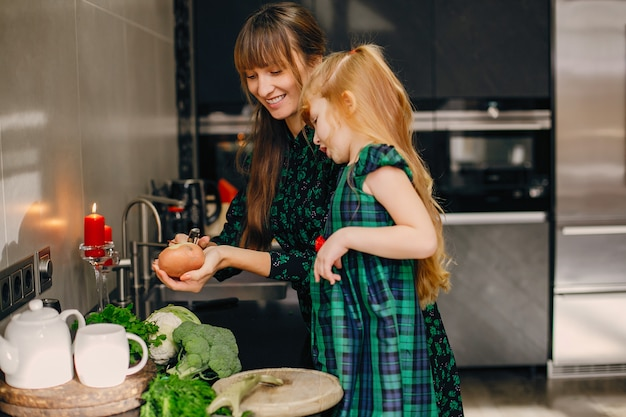 Família, em, um, cozinha
