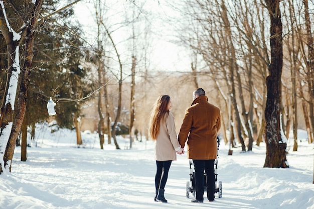 Família em um parque de inverno