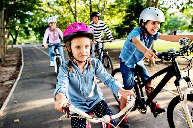 Família em um passeio de bicicleta no parque