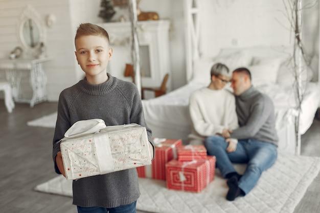 Família em um quarto. garotinho perto da decoração de natal. mãe com pai com filho