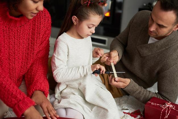 Família embrulhando e decorando presentes para o natal