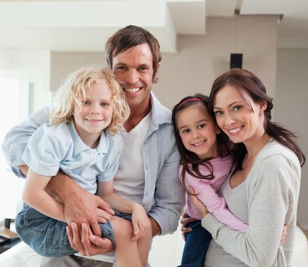 Família encantadora posando juntos