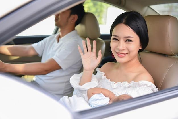 Família está dirigindo na estrada. família dirigir com cuidado com cautela.