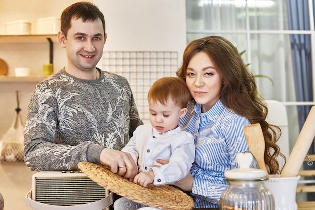 Família está esperando um segundo filho, homem e mulher
