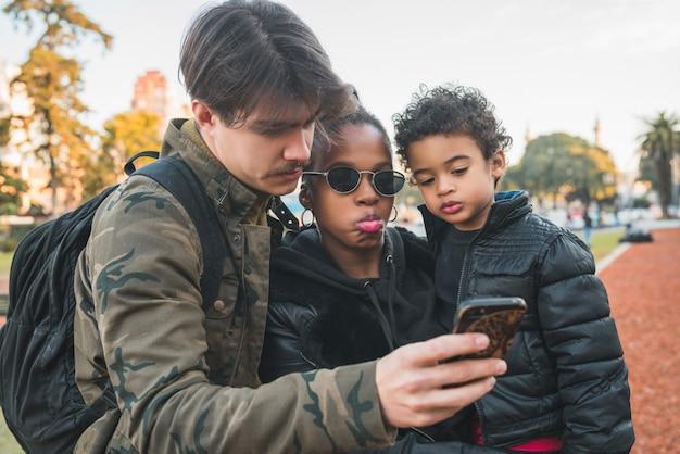 Família étnica de raça mista no parque.
