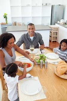 Família étnica jantando juntos