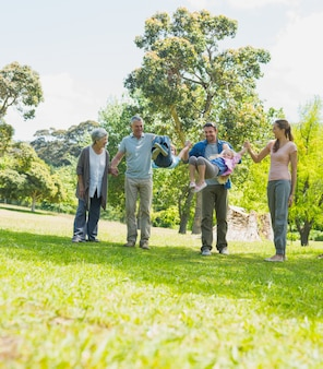 Família extensa feliz caminhando no parque