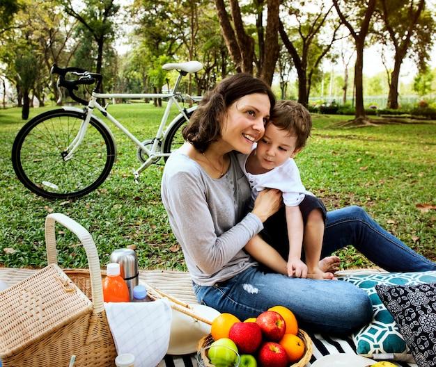 Família fazendo piquenique no parque