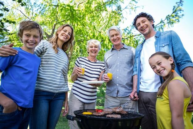 Família fazendo um churrasco