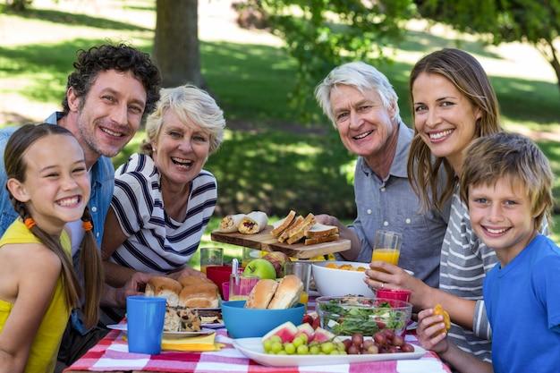 Família fazendo um piquenique