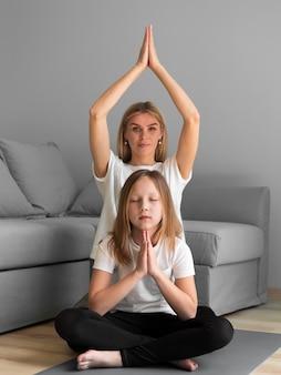 Família fazendo yoga juntos