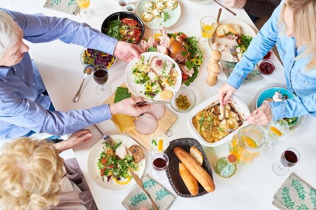 Família feliz a jantar