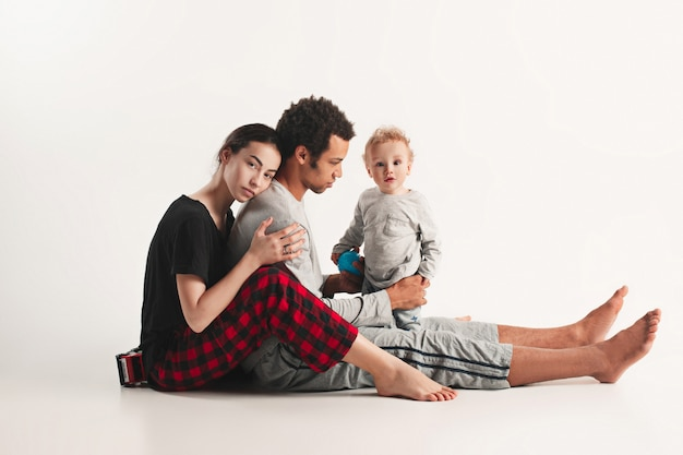 Família feliz abraçando