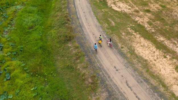 Família feliz andando de bicicleta ao ar livre, pais ativos com filhos se divertindo, esportes e exercícios para a família, vista aérea de cima
