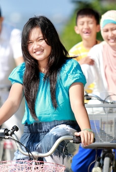 Família feliz andando de bicicleta