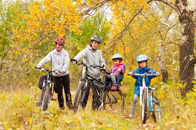 Família feliz, andar de bicicleta ao ar livre