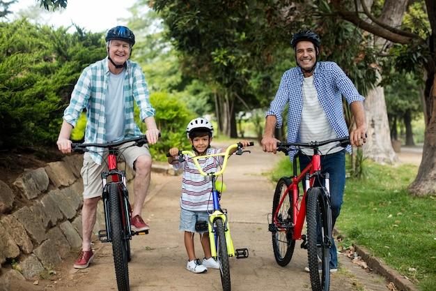 Família feliz, andar de bicicleta no parque
