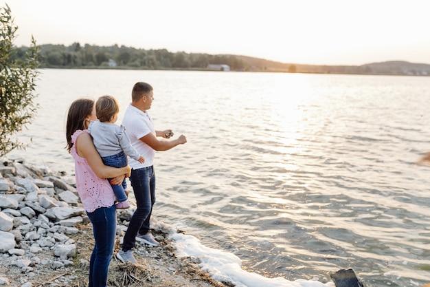 Família feliz ao ar livre a passar tempo juntos