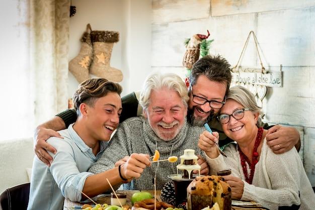 Família feliz aproveita a celebração do feriado de natal em amizade