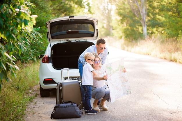 Família feliz aproveita a viagem de carro e as férias de verão.