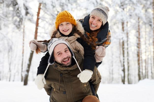 Família feliz, aproveitando o inverno