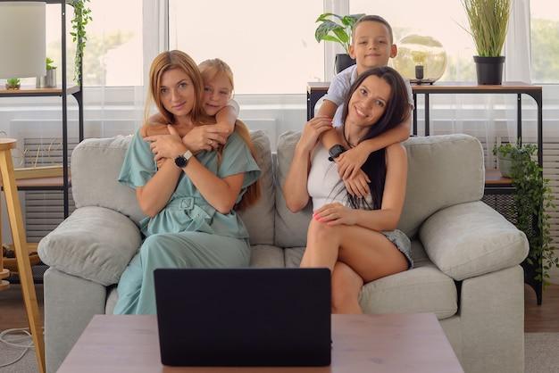 Família feliz assistindo filme juntos no laptop em casa retrato de família