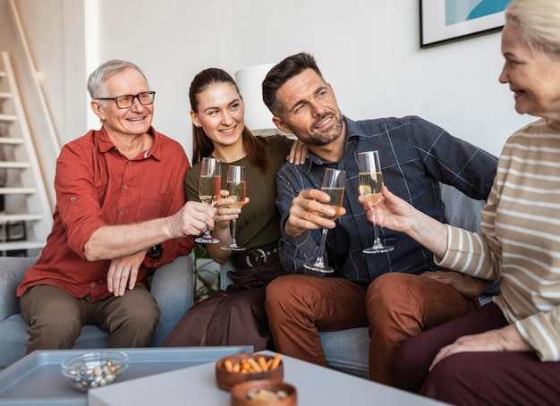 Família feliz batendo os copos de perto