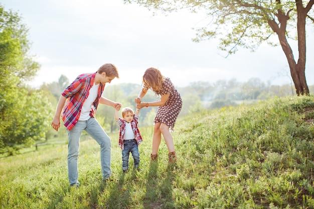 Família feliz brincando com a natureza