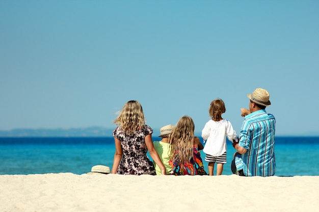 Família feliz brincando na praia